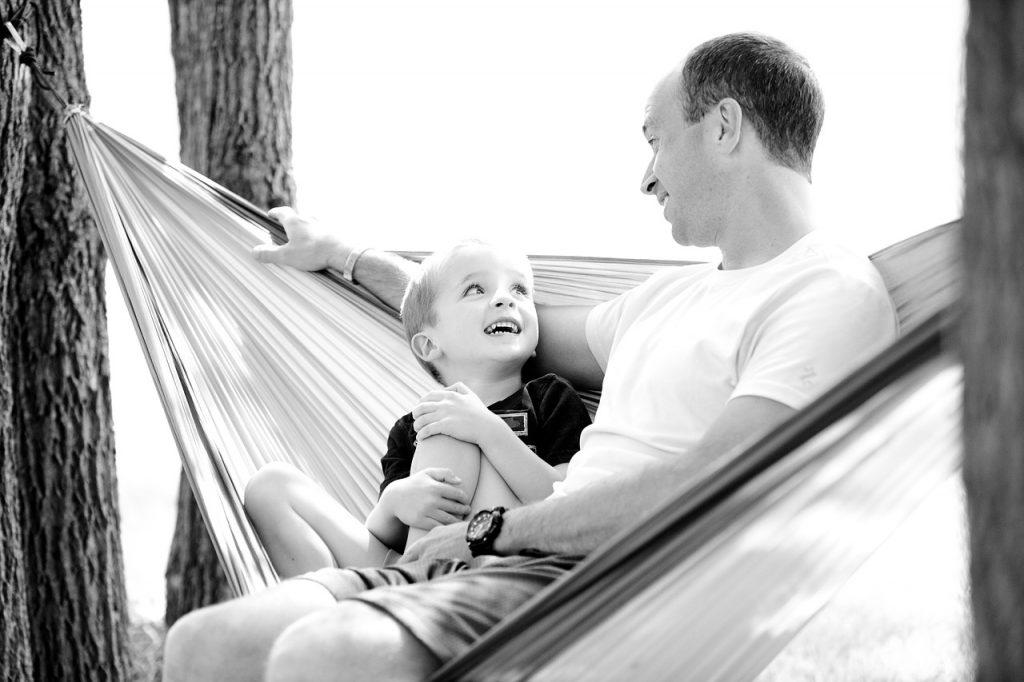 Отец с сыном в гамаке