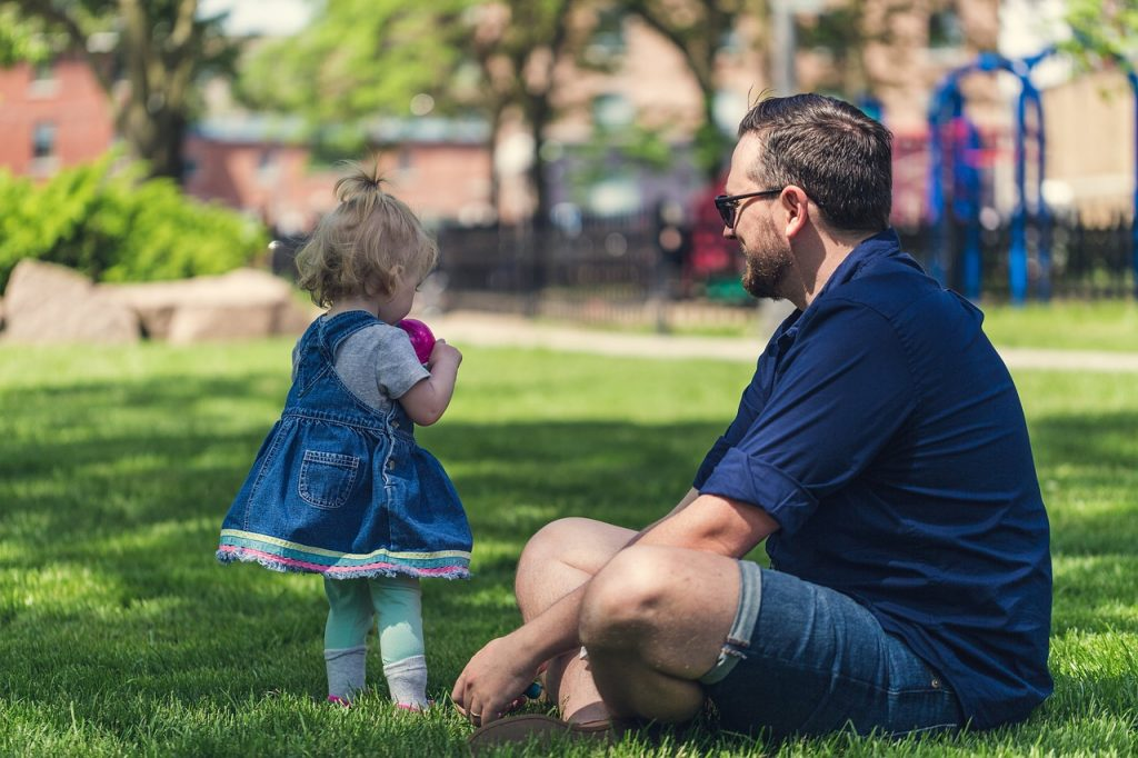 Папа с дочерью в парке