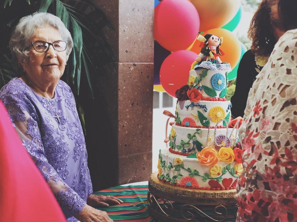 Поздравление с днем рождения в прозе и торт для именинницы