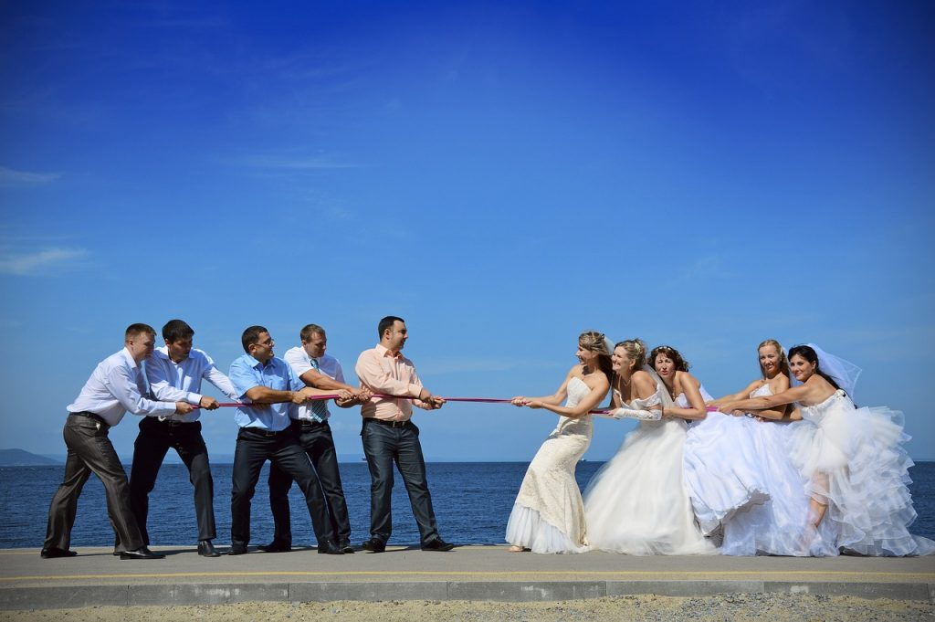 Праздничное перетягивание каната жених и невеста