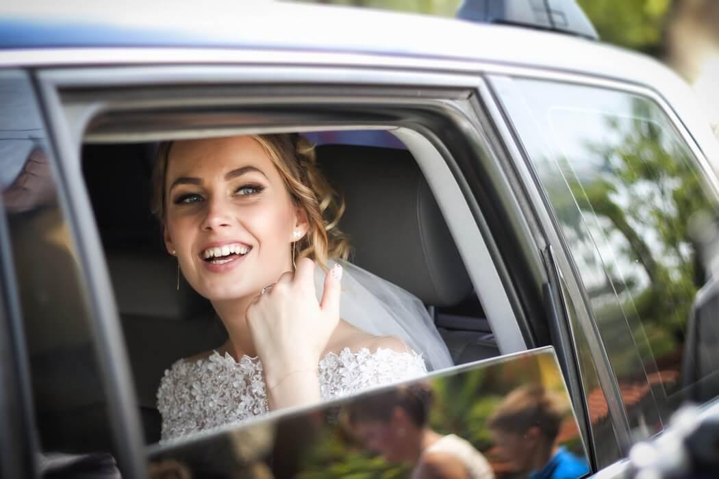 Счастливая невеста в машине