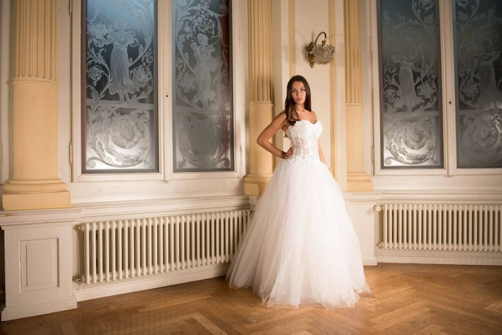 Невеста в красивом свадебном платье