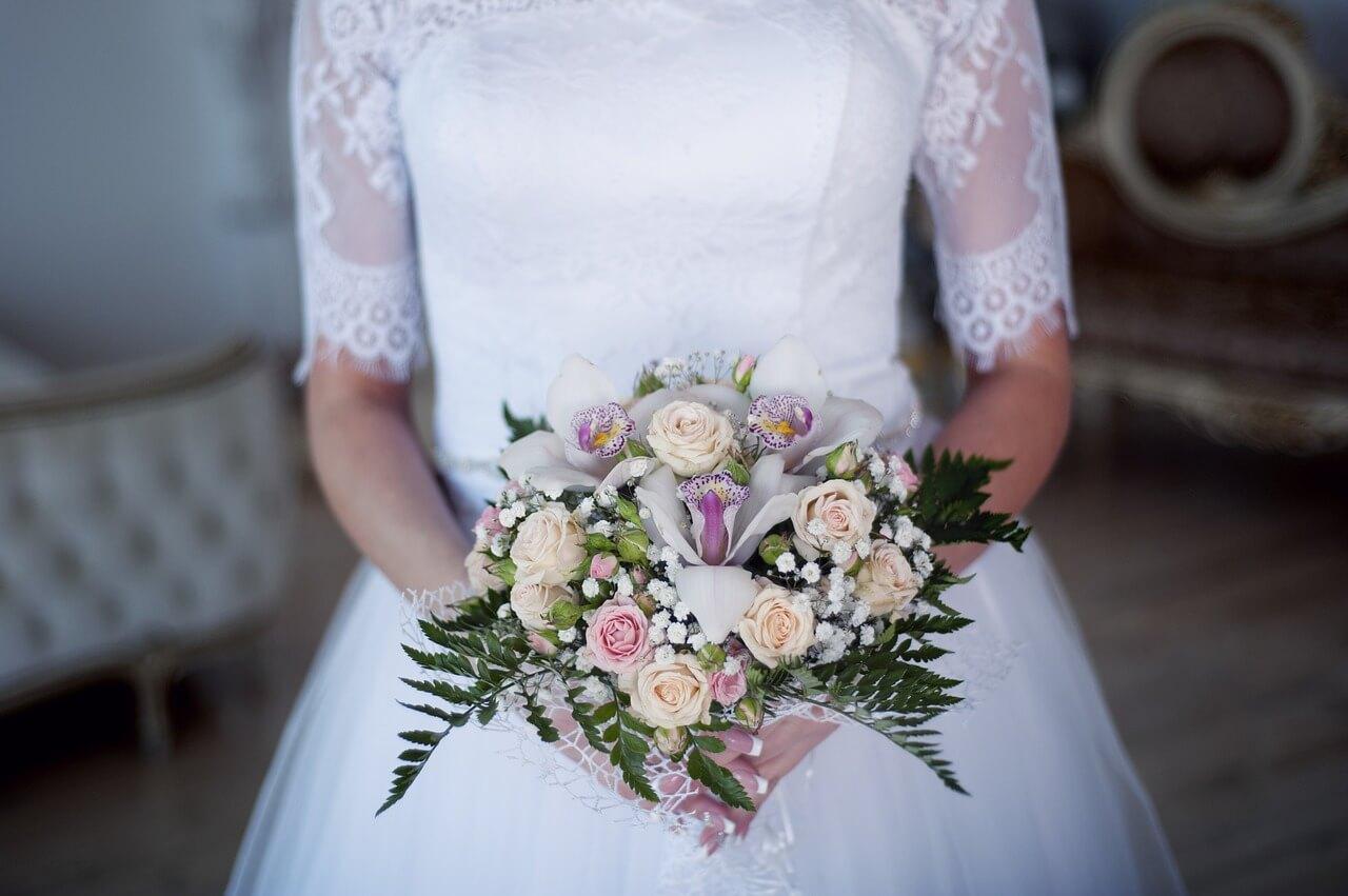 Невеста в платье с букетом
