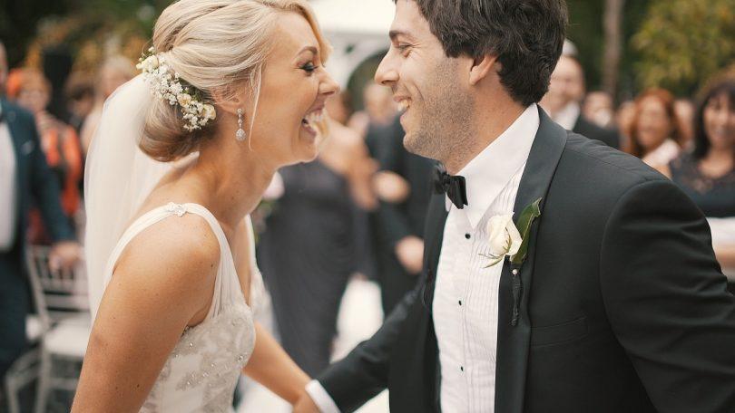 Веселые жених и невеста смеются
