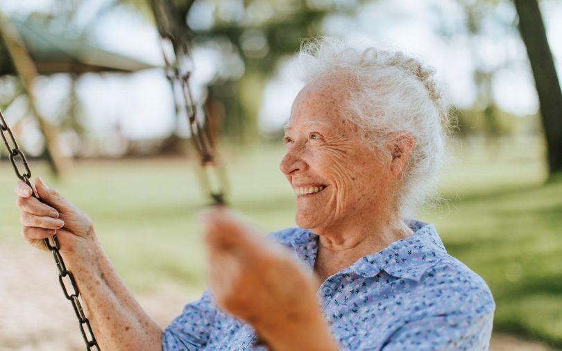 Бабушка на качелях