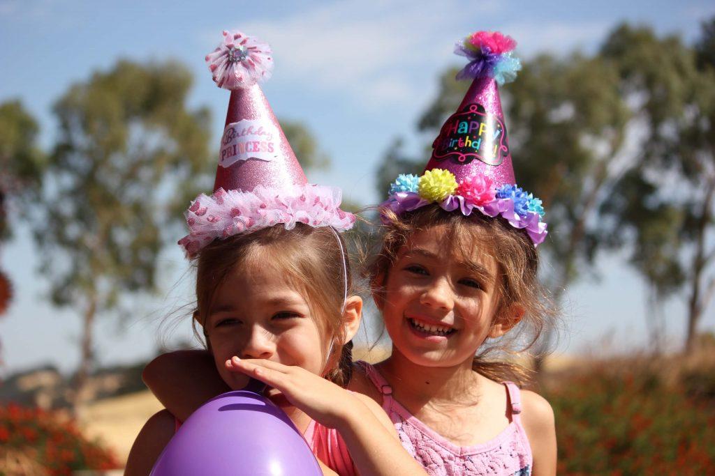 Веселые девочки в день рождения