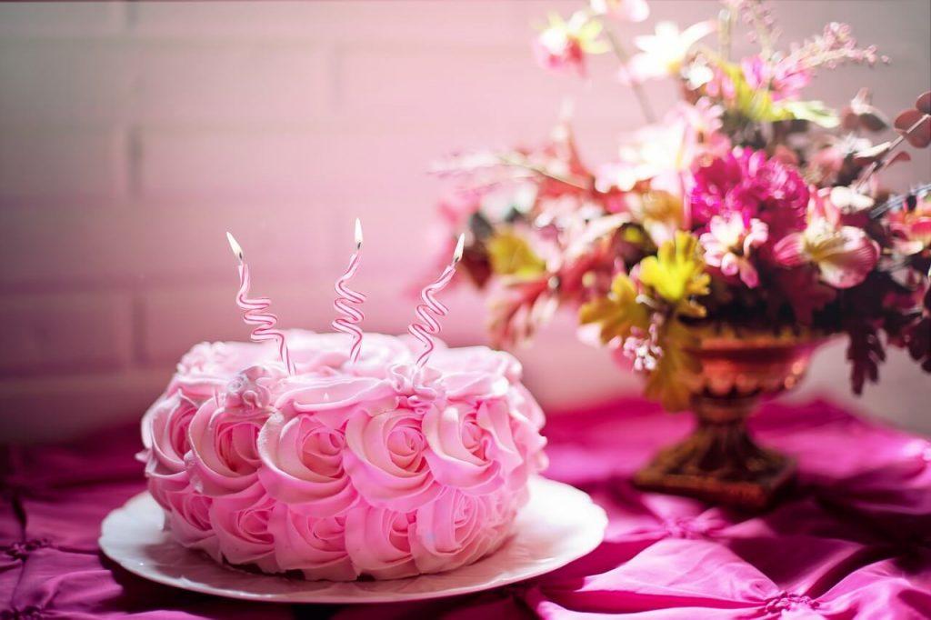Розовый торт с днем рождения