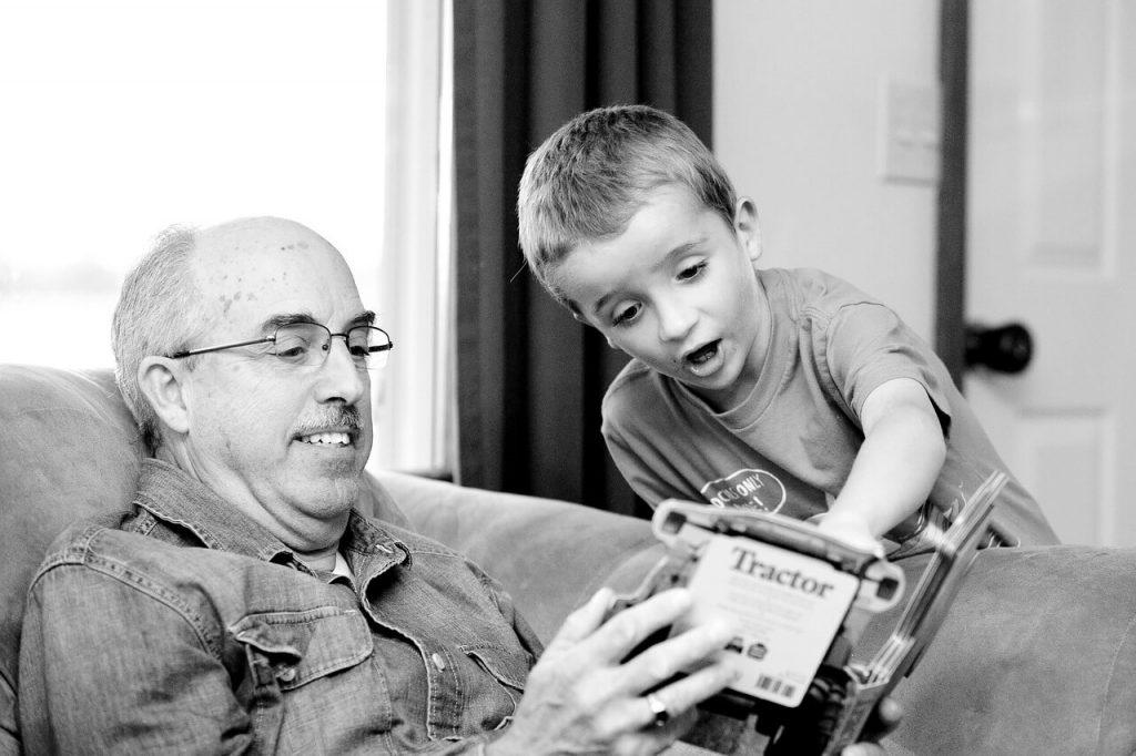 Дедушка играет со внуком