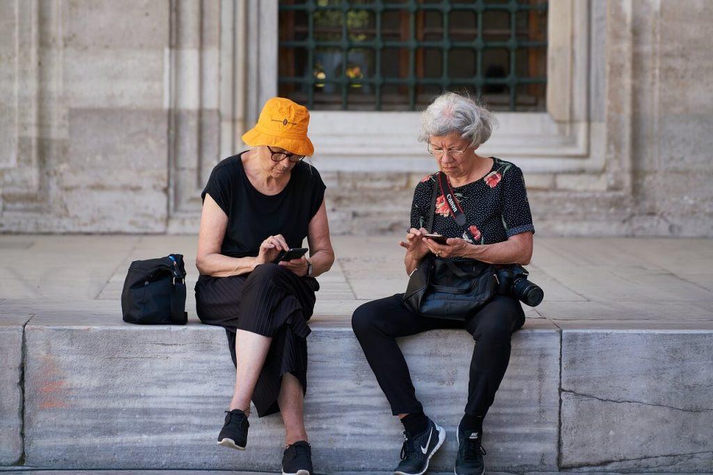 Женщины пенсионерки с гаджетами