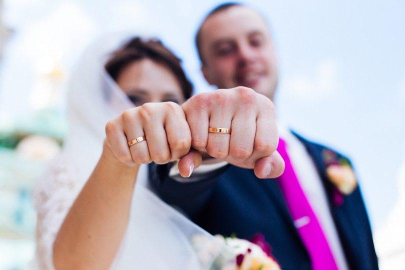 Молодожены показывают кольца