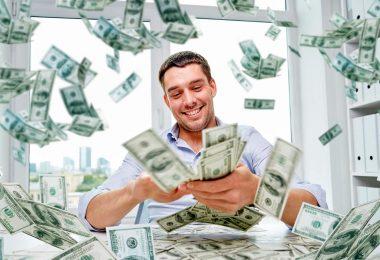 Счастливый человек с деньгами