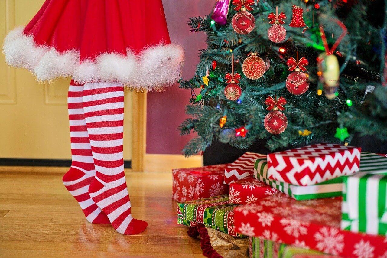 Девочка у елки - Рождество