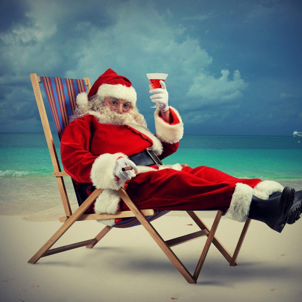 Новогодний Дед Мороз на пляже