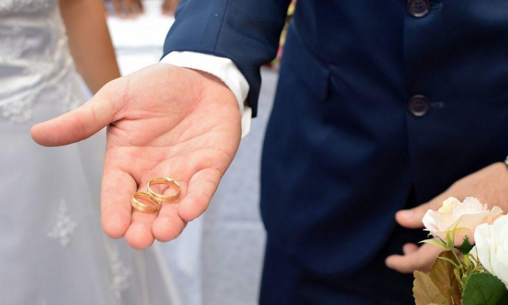 Жених со свадебными кольцами