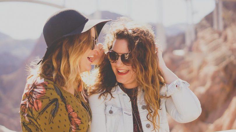 Две девушки подруги смеются