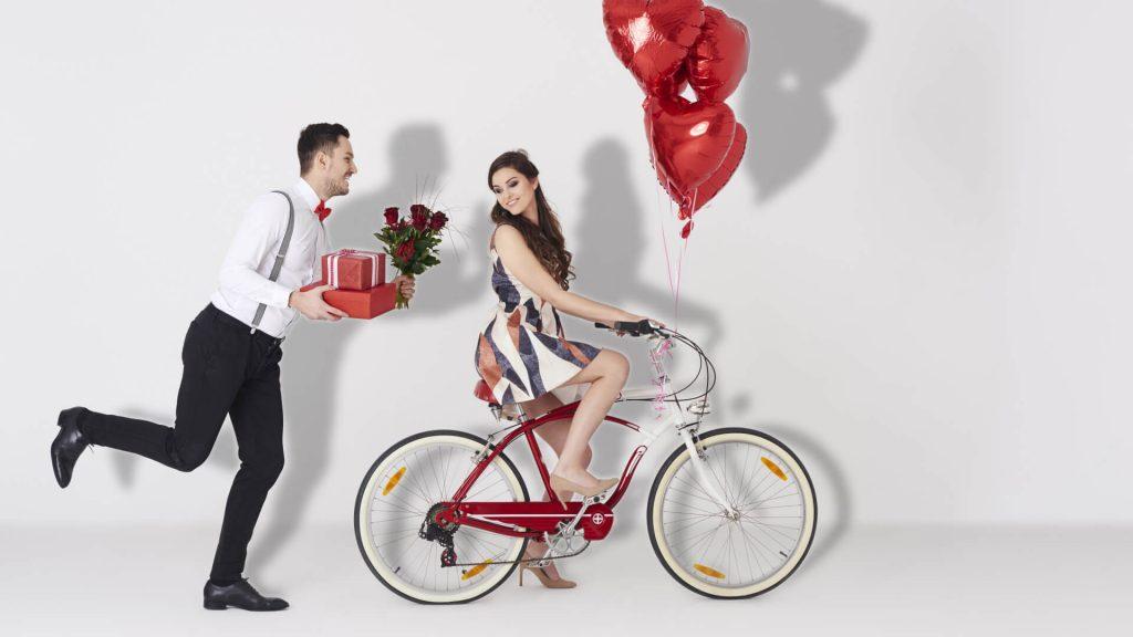 Парень поздравляет девушку с Днем Влюбленных