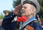 Ветеран Флота отдает честь в День Победы