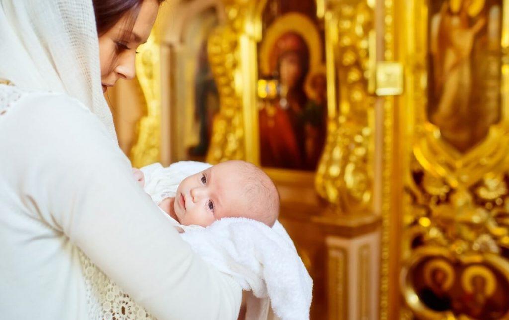Мама с ребенком на крестинах
