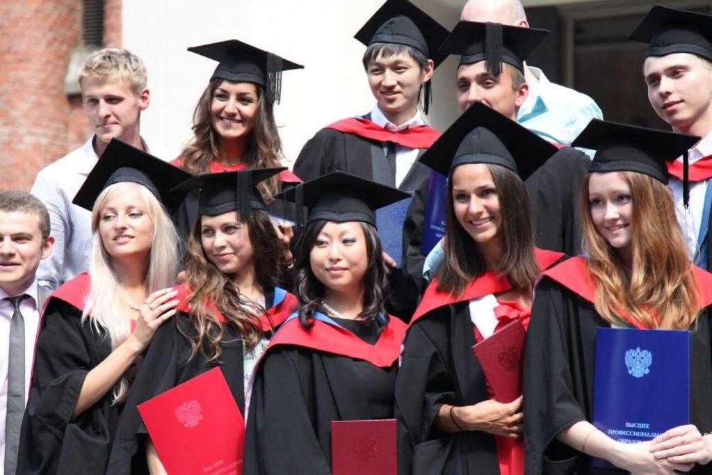Выпускники с дипломами