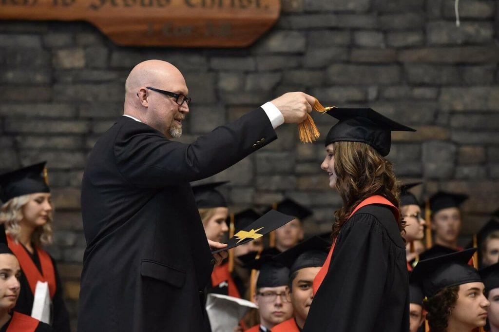 Студент получает диплом
