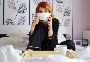 Доброе утро - девушка с чашкой в кровати
