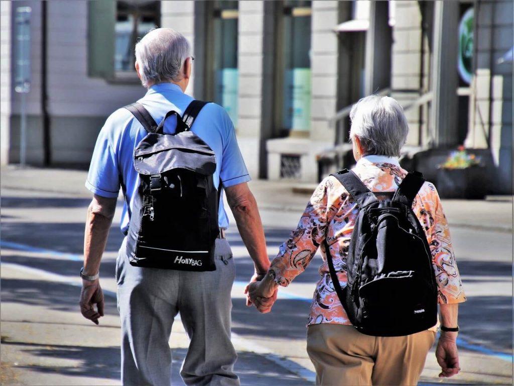 Пожилые супруги гуляют