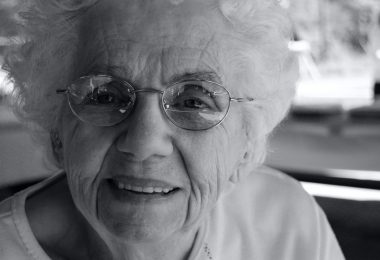 Бабушка улыбается - черно-белое фото