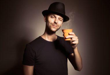 Доброе утро - мужчина с кофе