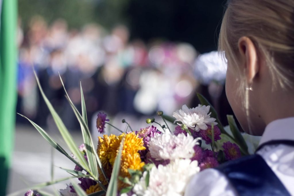 1 сентября - девочка с цветами